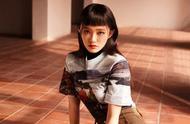 林允以独特的眉上刘海造型为《时尚旅游》拍摄封面,俏皮又灵动