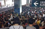 站台挤爆还送桑拿 上海地铁一号线突发故障 每人都像水里捞出来的