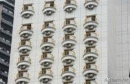 """重庆洪崖洞某酒店大楼外墙挂满""""眼睛"""",你看着它,它也看着你"""