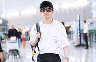 46岁苏有朋一身潮装走机场,白衬衫搭破洞裤,帅气有型显年轻