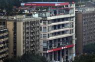 重庆再现魔幻建筑:一楼是加油站,六楼楼顶还是加油站