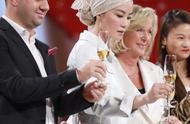 王菲新造型金色头巾+白色皮质套装+豹纹皮靴,天后的审美凡人不懂