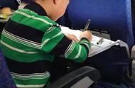 一飞机的孩子都在补作业!这又焦急又委屈的小表情,看着真眼熟!