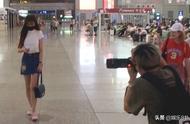 女星机场照都是骗人的!现场指挥摄影师摆拍,网友:全是戏精