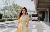 身穿鹅黄色法式裙的Selina,美的不像话!但是发量却上了热搜?