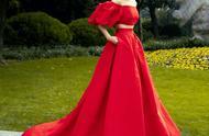 宋茜还真是会穿,明明是简单的红色裙装,却穿出不一样的美