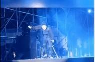 薛之谦演出时意外掉下舞台,幸好是虚惊一场