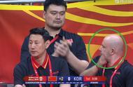 比赛结束郭艾伦一把抱住易建联,阿联起身手里一直抱着篮球