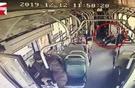 农民工怕弄脏公交座椅坐地上,车长:在我们心中你是最干净的