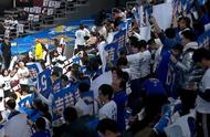 北京赛前进行吉喆的追悼仪式,王猛在直播现场失控落泪,苏群安慰