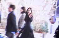 半个月郑秀晶L码瘦成XS,一袭小黑裙走红毯,全身包裹蚂蚁腰抢镜