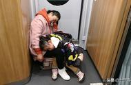 火车上的睡觉姿势,其中有一个比较奇特