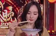 好身材养成究竟有多难?杨幂只吃一根米线,她喝了15天的水