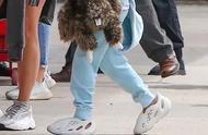侃爷女儿上脚 Yeezy 全新洞洞鞋,你喜欢这样的椰子吗?