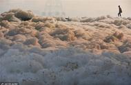 印度亚穆纳河因污染出现大量有毒泡沫