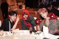 UNIQ四人在乐华年会合体获优秀员工,李汶翰表演喝水被王一博搞怪