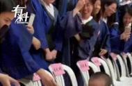两岁萌娃闯入高校毕业典礼与毕业生握手!网友:到达了人生的巅峰
