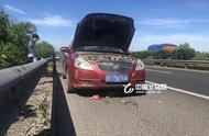 高速上一轿车自燃 司机砸西瓜救车
