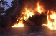 事发凌晨!玉林两辆货车相撞起火燃烧,2人丧身火海 ,现场惨烈!