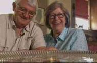 49年过去了,这对夫妇竟然还在吃他们的结婚蛋糕