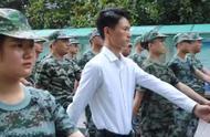 年轻班主任全程陪同学生军训 学生:一起受累心理平衡