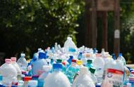 研究发现每人每年或吃下7万片微塑料:瓶装水或是最大来源
