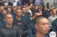 海军方队把候车厅变成阅兵场!激动的不止乘客
