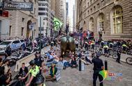 纽约地标华尔街铜牛被泼假血 近百名抗议者被捕