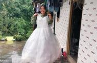 农村女孩穿塑料婚纱走红,月入10万,从2个细节看出炒作