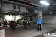 外卖骑手摩托车被交警查扣,偷一辆没锁的车继续送