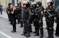 局势难平!玻利维亚临时总统刚上任 国会议员即威胁将其罢免
