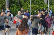 爱港亲民!驻港部队协助香港市民清理路障,赢得阵阵掌声