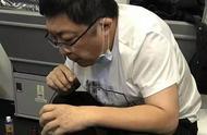 感人!37分钟紧急救治,医生飞机上用嘴帮老人吸尿800毫升