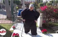 """""""世界上最胖的人""""3年减重670斤 能下床拄拐走路了"""