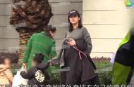 35岁张子萱挺二胎孕肚接女儿放学,身材走样脸部浮肿,肚形引人注意