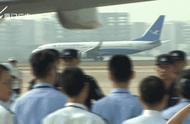 """3架包机抵厦!244名""""杀猪盘""""诈骗嫌犯从菲律宾被押解回国"""