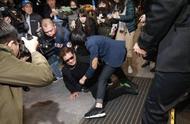无耻!高以翔爸爸失神摔倒在地,现场媒体无人搀扶反而直接怼脸拍