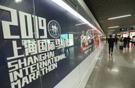 成就飞凡申爱到底,上海马拉松展亮相南京东路地铁站