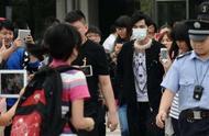 吴京出门身边没有随行人员,机场发怒,网友却说:骂得好