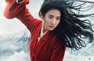 《花木兰》新剧照,刘亦菲手舞长剑造型帅翻,眼神疲惫不如章子怡
