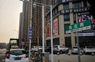 郑州这条路上挂了俩路牌,俩名字到底哪个靠谱?