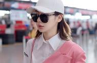 戚薇身穿白色衬衫裙搭配粉色半穿西装,轻松带出时尚感,气场超强