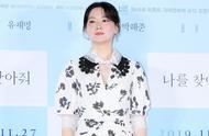 48岁李英爱出席新片试映,蕾丝白裙衬皮肤白皙,整体配搭气质高雅