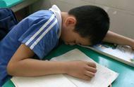 孩子上课睡觉,老师一怒之下拍照发家长群,爸爸的回答让人称赞