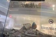 深圳一高端购物中心天花板大面积垮塌,灰尘扬起满地建材