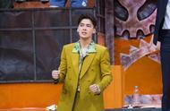 李易峰橄榄绿西装玩转撞色混搭风 时髦型男气质帅出了新高度