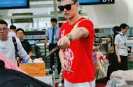 还没出场就是明星!孙杨顺利抵达韩国,红色T恤+白色长裤帅气十足