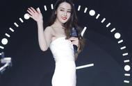 27岁迪丽热巴终于高调,穿一袭白色抹胸鱼尾裙,腰臀比不输超模