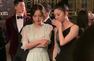 COSMO后台合影,景甜白到发光气场太强,杨幂站她旁边显得很客气