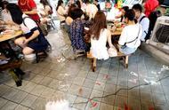 """重庆现""""水池火锅店"""",边吃火锅边泡脚,网友:别把鱼给毒死了"""